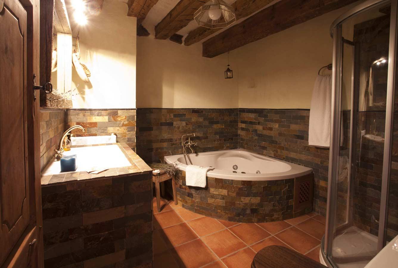 Jacuzzi Para Baño Pequeno:jacuzzi y ducha :   Baño equipado con jacuzzi y columna/ducha de